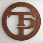 Tres Puntos Tattoo Logo aus Holz
